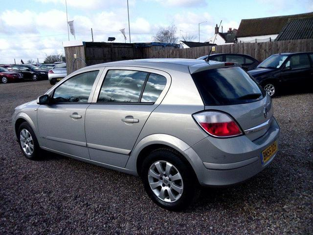 used vauxhall astra 2005 petrol 16v club 5dr hatchback silver automatic for sale in. Black Bedroom Furniture Sets. Home Design Ideas